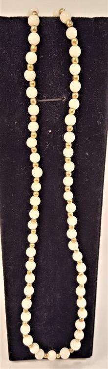 Halsband av vita agatpärlor