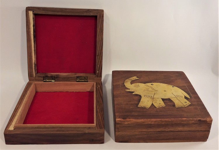 Snidat handgjort träskrin med elefantbeslag i metall, x 1