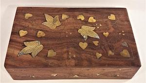 Snidat handgjort träskrin, 2 fack