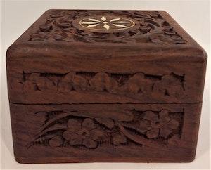 Snidat fyrkantigt handgjort träskrin