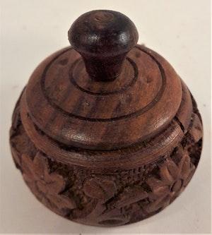 Snidad handgjord liten rund träask