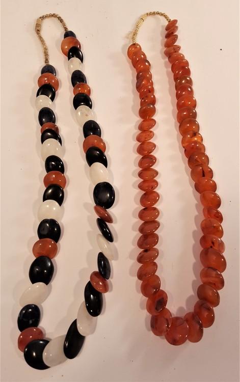 Halsband av stora flerfärgade Karneolstenar