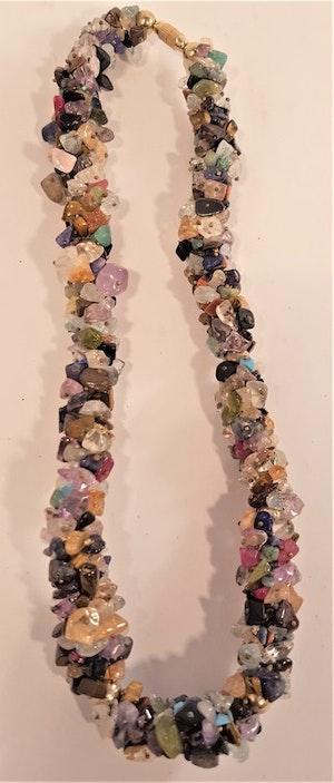 Halsband av mixade halvädelstenar