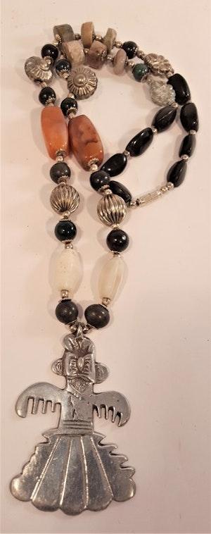 Halsband av mixade stenar och metallhänge