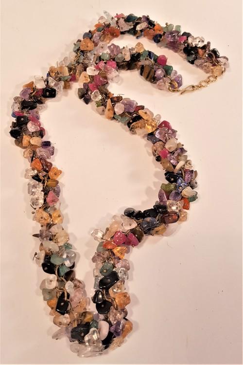 Halsband av halvädelstenar
