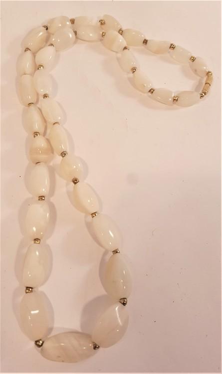 Halsband med vita stenar