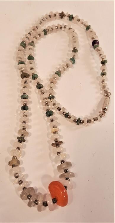 Halsband med mittensten av Karneol