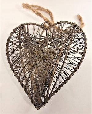 Gulligt hängande metallhjärta med snöre
