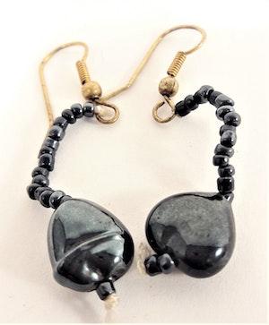 Söta blå hjärtformade örhängen med små kulor
