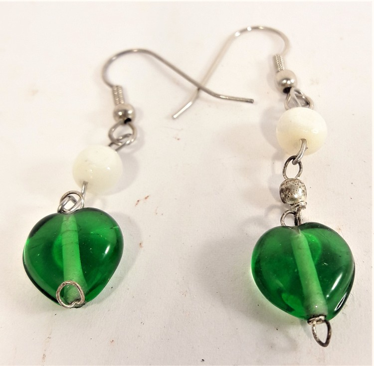 Söta gröna hjärtformade örhängen