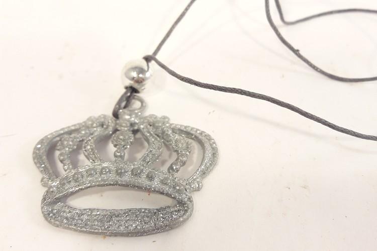 Julpynt, glittrande krona i metall, med snöre