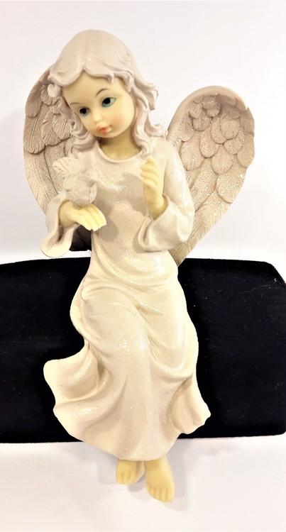 Sittande ängel med duva i polystone, marmorkross blandat med polyesterakrylat. Detaljfull och dekorativ.
