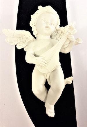 Ängel med luta i polystone, marmorkross blandat med polyesterakrylat. Detaljfull och dekorativ.