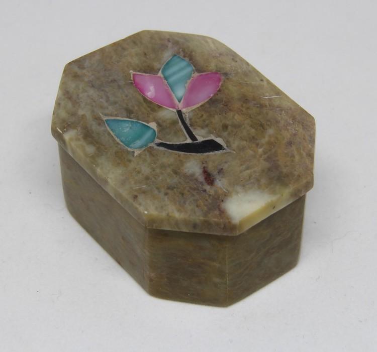 Vackert dekorerad åttakantig ask med lock i sten