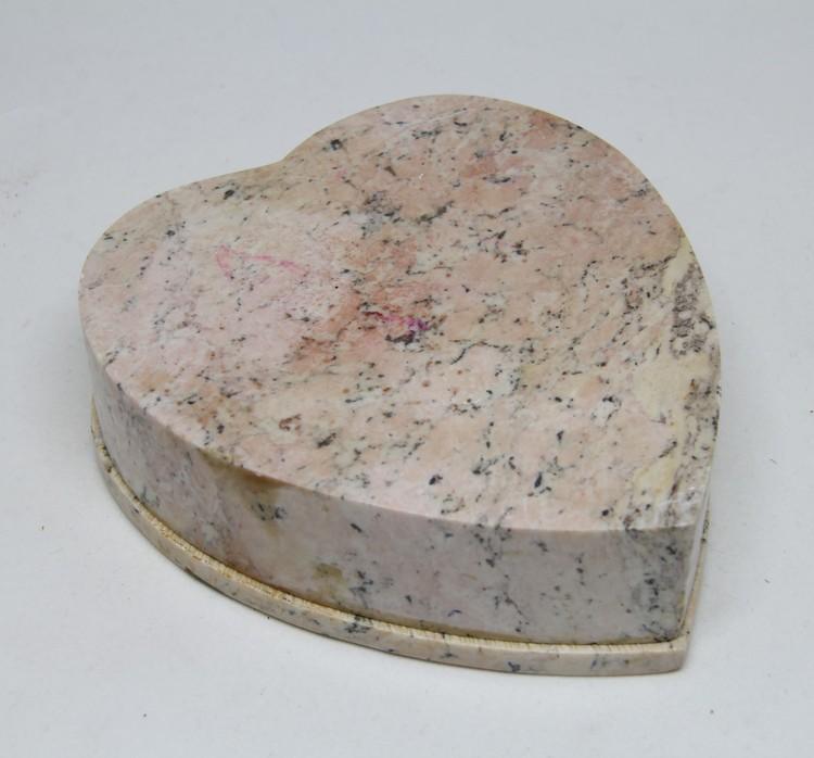 Vackert dekorerad hjärtformad ask med lock i sten