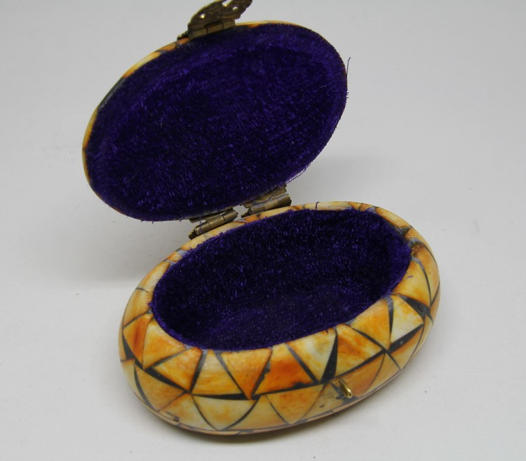 Litet, vackert, ovalt, dekorerat träskrin i ben med mässingsbeslag, handgjort