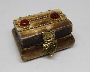 Litet dekorerat träskrin med röd sten, handgjort