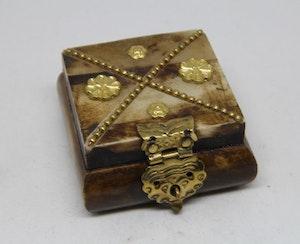 Litet fyrkantigt dekorerat träskrin med metallbeslag i x, handgjort