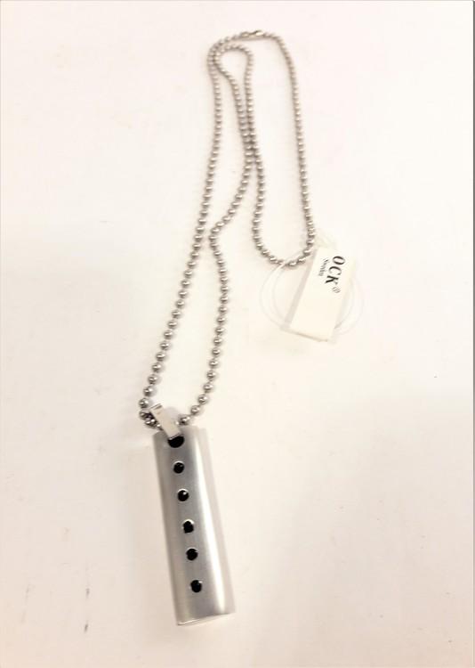 Halsband med Metallhänge