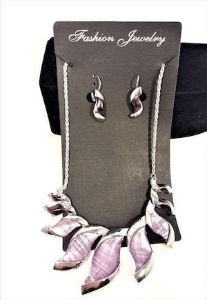 Dekorativt, tungt och vackert lyxhalsband och örhängen med vackra skimrande stenar