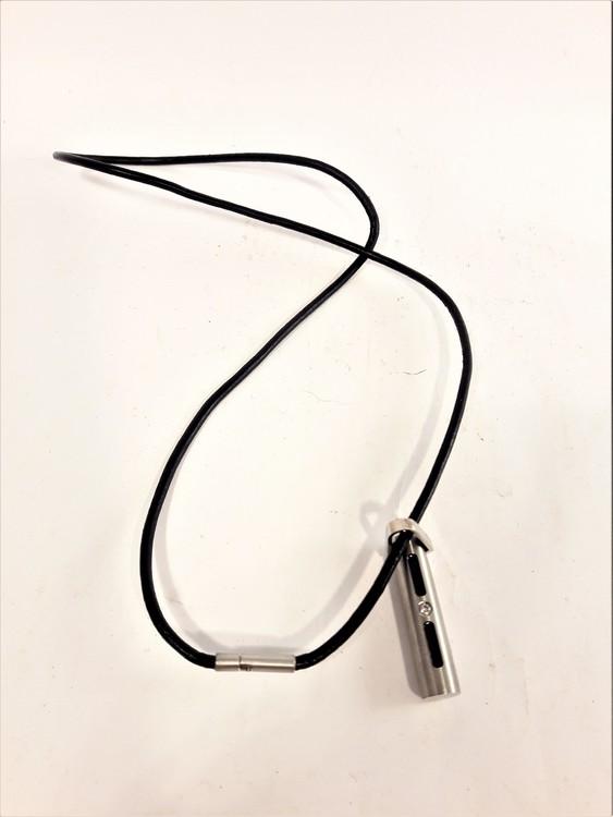 Läder Halsband med Avlångt Hänge Svart och Silverfärg