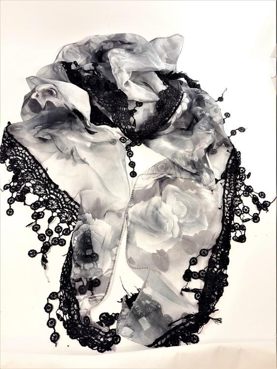 Grå/Svart scarf med svart spets och rosmönster