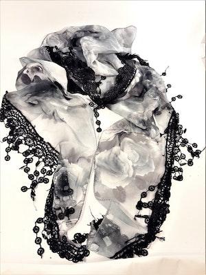 Svart scarf med vit spets och rosmönster
