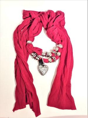 Fin scarf, röd med silverfärgade dekorationer bl.a. hjärta