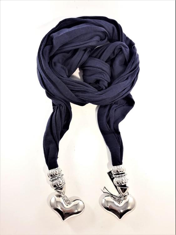 Snygg blå scarf med silverfärgade detaljer, bl.a. hjärtan
