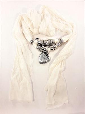 Fin scarf, vit med silverfärgade dekorationer bl.a. hjärta