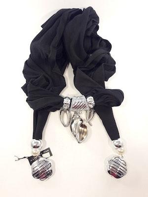 Fin scarf, svart med silverfärgade dekorationer bl.a. snäcka