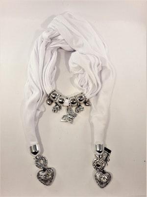 Fin vit scarf med många silverfärgade detaljer, hjärtan, elefanter, fjärilar. Ca 180 cm.
