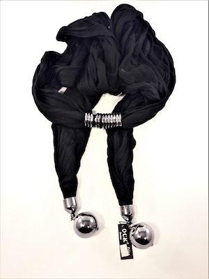 Snygg svart scarf med silverfärgade kulor