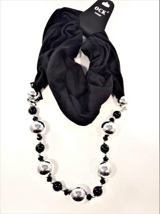 Svart scarf med många silverfärgade och svarta kulor