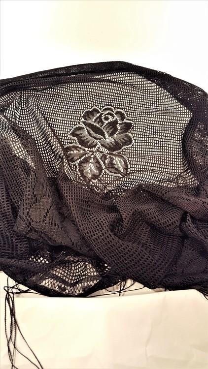 Fin svart genombruten scarf med rosmönster och fransar