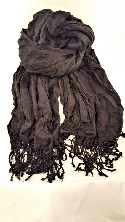 Fin svart scarf med fransar