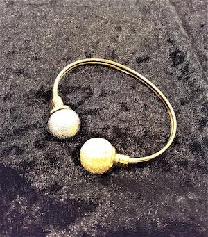 Guldfärgat Metall Armband med Kulor Guld- och Silverfärg