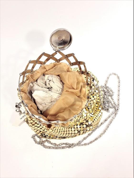 Snygg guldfärgad aftonväska i skimrande metall