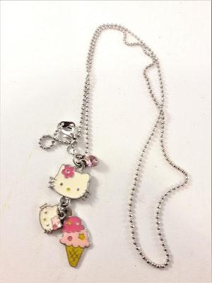 Halskedja med 3 Hello Kitty berlocker