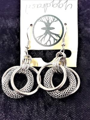 Örhängen i stål med ringar