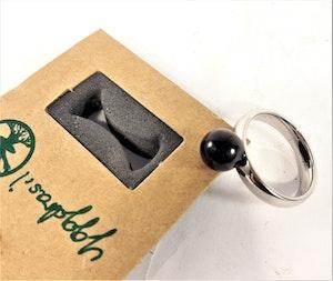 Ring i stål med svart kula, storlek small