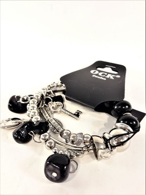 Armband med berlocker och stenar i svart