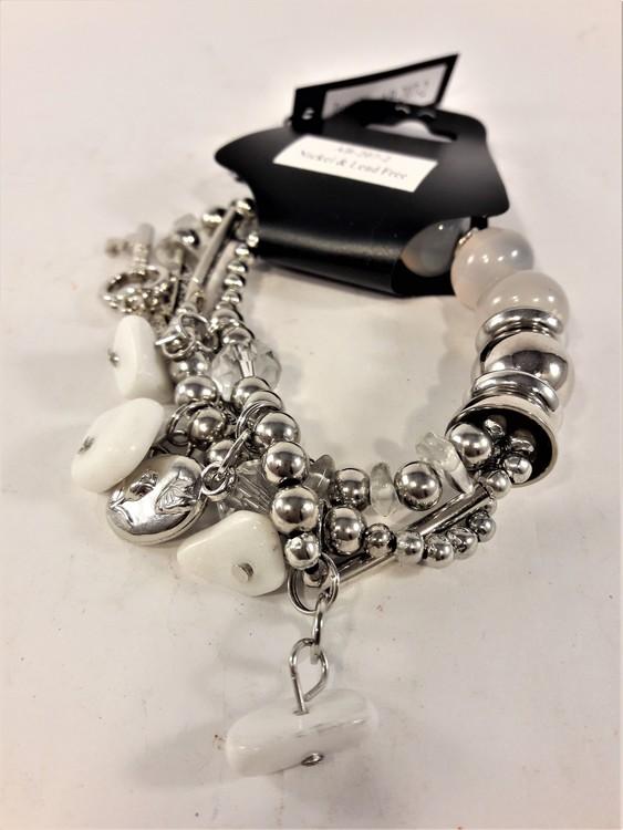 Armband med berlocker och stenar i vitt