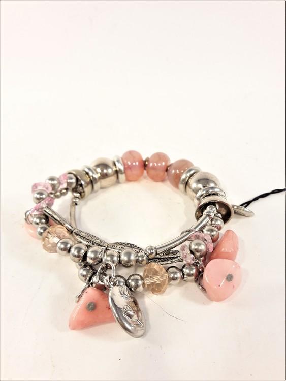 Armband med berlocker och stenar i rosa