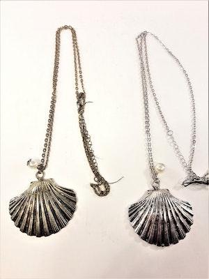 Halsband med snäcka i metall i guld eller silverfärg