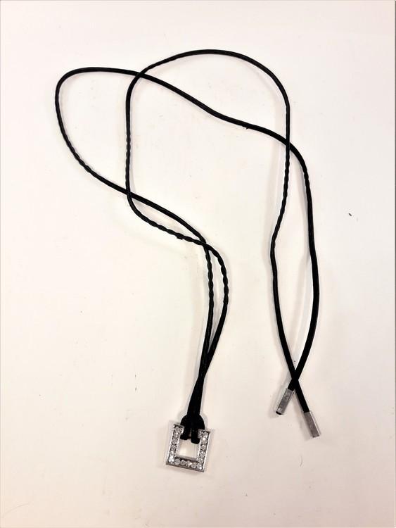 Läderhalsband med strasshänge