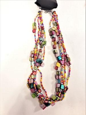 Flerradigt halsband med olikfärgade stenar och pärlor