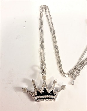 Halsband med Hänge i Form av Krona med Strass Silverfärg