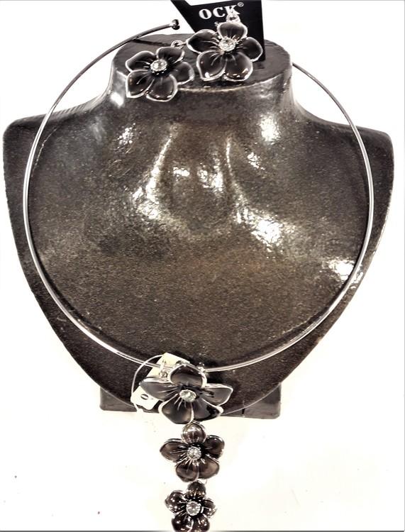 Stelt halsband med hänge av svarta blommor samt matchande örhängen