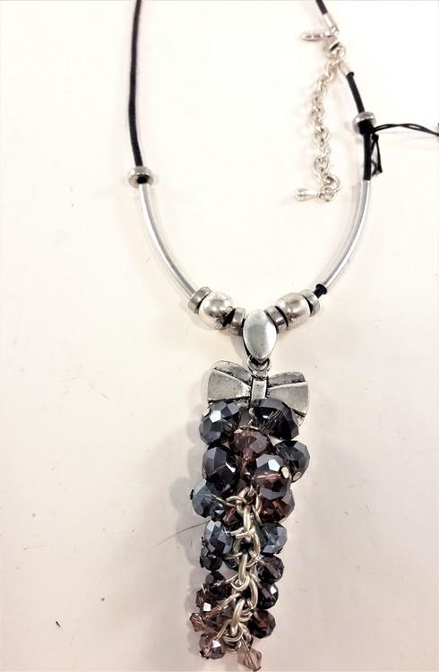 Halsband med läderrem och detaljer i silverfärg och facettklase
